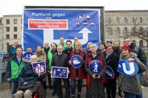 Berlin, 18.02.2016, Aktion vor dem Eingang zum Bundesverkehrsministerium, von Gewerkschaften, Umwelt - und Verkehrsverbänden, sowie Parlamentariern aus Bundestagsfraktionen, © Rolf Zoellner.