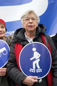 Berlin, 18.02.2016, Ulrike Kölver vor dem Eingang zum Bundesverkehrsministerium, © Rolf Zoellner.