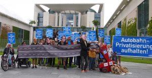 Autobahnprivatisierung aufhalten: Aktion von GiB und campact vor dem Kanzleramt