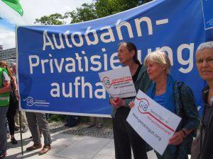 Aktion gegen die Autobahnprivatisierung vor der Bremer Landesvertretung