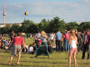 Im Mauerpark drängen sich die Menschen. Er ist übernutzt. Foto: Angelika Paul