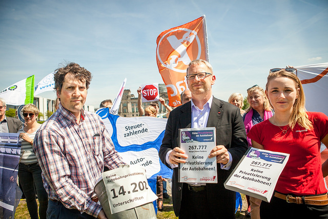 Johannes Kahrs (SPD) nimmt die Unterschriften entgegen. Bild: Jakob Huber
