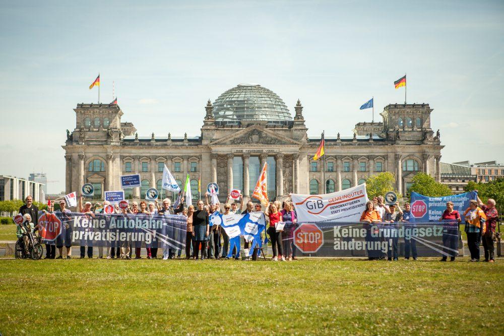 """Das Bündnis """"Keine Fernstraßengesellschaft"""" protestiert vor dem Deutschen Bundestag gegen die Autobahnprivatisierung. Bild: Jakob Huber"""